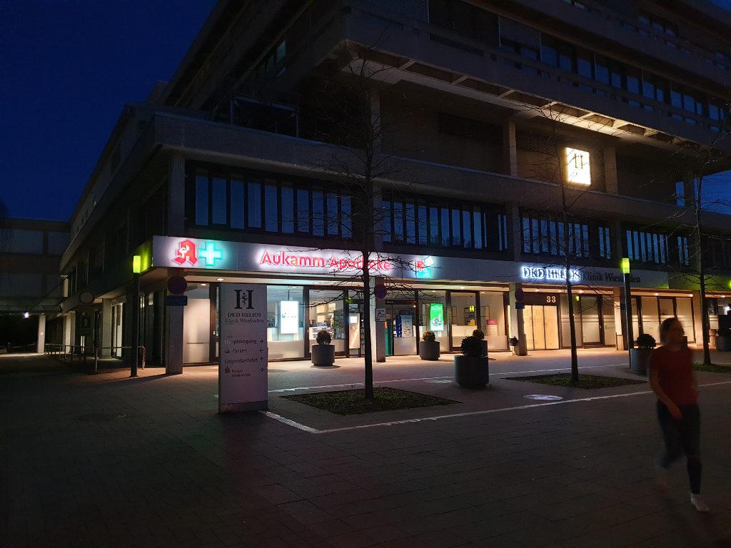 Aukamm-Apotheke bei Nacht